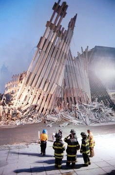 New York City firefighters look at the destroyed facade of the World Trade Center September 2001 two days after the twin towers were destroyed when hit by two hijacked passenger jets. (Photo by Chris Hondros/Getty Images) CBS New York World Trade Towers, World Trade Center Nyc, World Trade Center Attack, Trade Centre, 11 September 2001, Remembering September 11th, Remembering 911, Flatiron Building, 911 Twin Towers