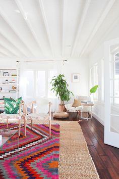 En California del Sur, la diseñadora de interiores de Homepolish, Casey DeBois, transformó este bungalow de playa en un refugio relajado para una pareja que decidió dejar atrás su vida neoyorquina.