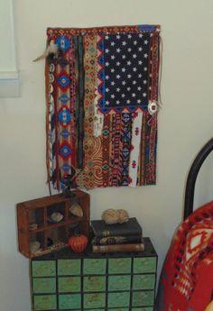12.5 « X 18 » Petit drapeau américain Assemblé à partir des tissus recycles, vêtements vintage, tissus imprimés de garniture et du Sud-Ouest. Agrémenté de perles à la main, plumes, coquillages, coupé à la main en cuir frange et un Concho métal.