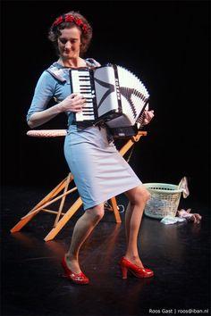 Fotograaf Roos Gast | Artiest: Nathalie Baartman | #cabaret #theater #vrouw #harmonica #music #woman #female #muziek #muziek_maken #vrouwelijk #stoer #fotografie #photography #sony #foto #cabaret_fotografie #theater_fotografie