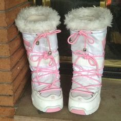 DC Women's Chalet boot ⚡️SALE Beautiful boots in great condition!  The white shows slight discoloration in discrete spots as seen in last pic.  Thick sponge foam liner for comfort and warmth. DC Shoes Winter & Rain Boots