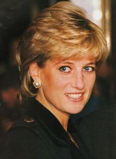 Beautiful in Black is Princess Diana . Princess Diana Hair, Princess Diana Pictures, Princess Diana Family, Princes Diana, Royal Princess, Princess Of Wales, Lady Diana Spencer, Sophie Marceau, Julia Roberts
