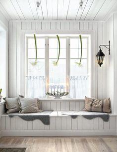 window seat in a Swedish decor Room Scandinavian Christmas, Scandinavian Style, Nordic Style, White Christmas, Swedish Style, Cozy Christmas, Nordic Design, Scandinavian Interior, Country Christmas