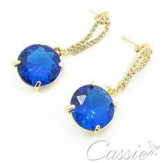 Brinco Cristal Bleu folheado a ouro com base de strass e pingente de cristal de acrílico azul.   ╔══════════  ═════════╗ #Cassie #semijoias #acessórios #moda #fashion #estilo #inspiração #tendências #trends #brincos #brincoslindos #love #pulseirismo #lookdodia #zircônias #folheado #dourado #brincoleque #brincoleve #colar #pulseiras #berloques #charms #maxibrinco #anellove #diadasmães # # # #