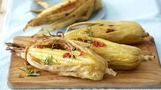 These cheese-flavoured corn on the cobs are a treat for family and friends and taste delicious cooked on an open braai. Vegetarian Recipes Dinner, Dinner Recipes, South African Recipes, Vegetable Dishes, Cooking Classes, Soul Food, I Foods, Romantic Recipes, Veggies