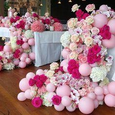 Flores com balões, para quem gosta de volumes sem ideia de peso... Sugestão de @jasonjamesdesign. @olioli_lifestyle #OliOliTeam #olioli #olioli_lifestyle #recebercomcharme #baloes #partydecor #festainfantil