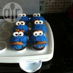 Kinderen zijn dol op deze koekiemonster cupcakes. In dit recept maak je de cupcakes zelf, maar je kunt ze ook in de winkel kopen. Dan gaat het een stuk sneller.