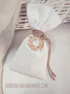 Μπομπονιέρα γάμου - Χειροποίητο πουγκάκι με χρυσό μεταλλικό στεφανάκι και κορδόνι. Η τιμή συμπεριλαμβάνει το ΦΠΑ και 5 κουφέτα αμυγδάλου Χατζηγιαννάκης Custom Gift Boxes, Customized Gifts, Wedding Gifts For Guests, Wedding Cards, Greek Wedding, Our Wedding, Cute Crafts, Diy And Crafts, Celebrity Weddings