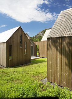 Trois petites cabines en bois et verre sur la côte norvégienne forment une maison de vacances conçue par Reiulf Ramstad Arkitekter (pour retrouver les préc