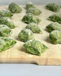 Gnocchi with spinach without eggs Italian Dishes, Italian Recipes, Cannelloni Ricotta, Pasta Recipes, Cooking Recipes, Vegetarian Recipes, Healthy Recipes, Italy Food, Homemade Pasta