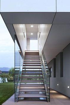 """Mal wieder etwas aus dem Bereich der Architektur, hier ist das """"M2 House"""", ein Haus der Klimaklasse A, gelegen in Bozen-Moritzing/Italien. Das Haus besteht aus zwei unterschiedlichen Geschossen, das verputzte Untergeschoss dient als Sockel für die etwas kleineren, obere Etage, die durch Fassadenplatten bedeckt ist. Der Gartenbereich inklusive Swimmingpool und Außendusche befindet sich in südwestlicher Richtung, die gesamte Hausfront Richtung... Weiterlesen"""