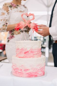 Romantische Standesamtliche  Hochzeit  wedding cake with flamingo cake topper Fotos: Laboda Wedding Photography Location: Gut Landscheid Brautkleid: Marchesa über BHLDN Haare & und Make-Up: Carina Musitowski Torte: Dehly & DeSander Trauringe: Tiffanys Haarschmuck: Etsy