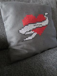 Tee-se-itse-naisen sisustusblogi: Mom Tattoo Heart Cross Stitch Cushion