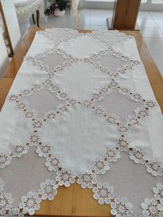 This Pin was discovered by HUZ Filet Crochet, Crochet Borders, Crochet Doilies, Crochet Lace, Crochet Stitches, Irish Crochet Tutorial, Crochet Instructions, Yarn Crafts, Diy And Crafts