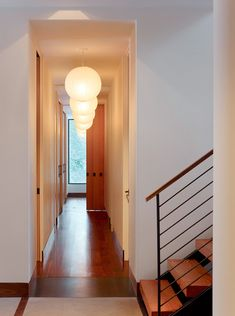 Enfilade de luminaires dans un couloir long, sombre et étroit  http://www.homelisty.com/decoration-couloir-long-etroit/