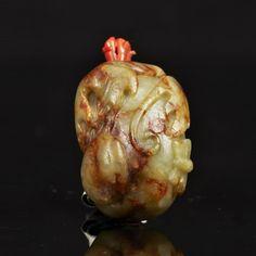 Piasa - Flacon tabatière en néphrite céladon et rouille en forme de cucurbitacée dans son feuillage.  Bouchon en corail en forme de tige.