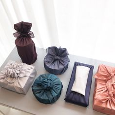 Gift Wrapping Clothes, Wrapping Gift, Gift Wrapping Tutorial, Furoshiki Wrapping, Gift Wraping, Creative Gift Wrapping, Japanese Gift Wrapping, Japanese Gifts, Wedding Gift Boxes