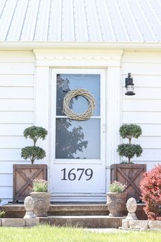 Front Porch Update | Just because you have a small front porch doesn't mean it can't be big on charm! Get ideas from this beautiful farmhouse!