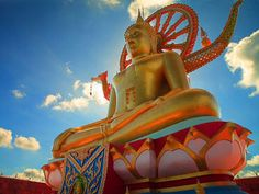 Discover Wat Phra Yai (Big Buddha Temple) in Ko Samui, Thailand: A dazzling temple featuring a towering golden Buddha. Koh Samui Thailand, Ko Samui, Travel With Kids, Family Travel, Thailand History, Golden Buddha, Buddha Temple, Crystal Clear Water, Sandy Beaches