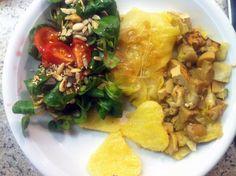 BlueBacardis Mittagessen: Spitzkohlroulade mit Füllung innen und daneben, dazu ein Feldsalat