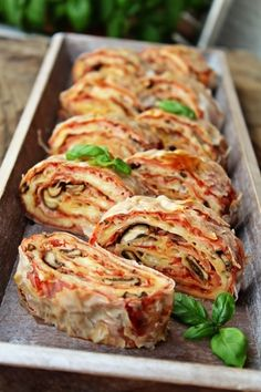 U gostima kod rankos - Pizza rolat — Coolinarika Easy Healthy Recipes, Sweet Recipes, Easy Meals, Kitchen Recipes, Cooking Recipes, Pizza Recipes, Kiflice Recipe, Good Food, Yummy Food