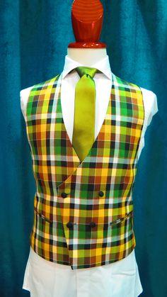 Chaleco de cuadros en tonos amarillo, verde y negro. Corbata verde tornasolada. #sastrería #moda #granada #spain #amedida #traje #smoking #hombre #tendencia #original #calidad #bespoke #men #inspiration #menswear #caballero #suit #jacket #green #verde #novio #novios #ceremonia #chaleco www.lacolonial.eu