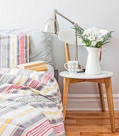 Criado-mudo improvisado. Ideia de decoração para quartos jovens. Cadeira como criado-mudo. Decoração criativa. Decoração moderna.