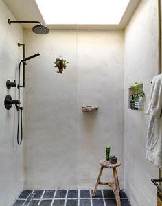 ニッチの小物置きとオーバーヘッドシャワーと天窓のあるバスルーム