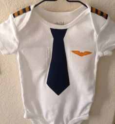 Bebé traje piloto de aerolínea por EviesGift en Etsy Baby Crafts, Sewing For Kids, Baby Patterns, Baby Bibs, Baby Wearing, Future Baby, Baby Love, Boy Fashion, Boy Outfits