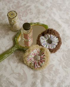 花柄とシープボアを合わせたほわほわシュシュは、ほどよいボリューム感が◎。/ふわもこ素材で作るかわいい冬小物(「はんど&はあと」2012年1月号)