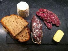 Ardoise apéro : saucisson à l'ancienne,chabichou,beurre bordier au sel fumé et pain de campagne