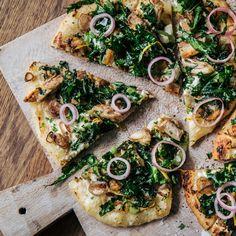 Tarte flambée | Recept ICA.se Pizza Tarts, Parmesan, Vegetable Pizza, Foodies, Recipies, Good Food, Paleo, Veggies, Ost
