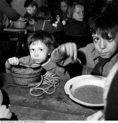 Cas Oorthuys/ Voedselverstrekking aan kinderen tijdens hongerwinter, Amsterdam (1944-1945)