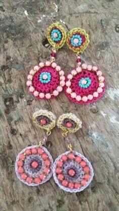 aretes hecho a mano. croche decorado con piedras y chaquiras