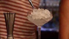 Algo muy habitual en el mundo de la coctelería es utilizar la técnica de enfriar la copa con antelación antes de elaborar un cocktail. A parte de potenciar la estética que se vea perfecto y apetecible también potencia los aromas y por supuesto el sabor del cocktail lo que es precisamente nuestro motivo principal: darle a nuestro trago el sabor óptimo que se merece.  Buen lunes a todos!  www.houseofmixology.com  #iamhouseofmixology #cata #brandtenders #barschool #bitter #HouseofMixology…
