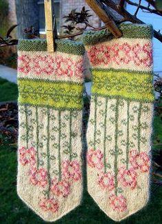 Vinterblomster mittens pattern by Heidi Mork vinterblommen- free mitten pattern by Heidi Mork knit by Fascine Knitted Mittens Pattern, Crochet Gloves, Knit Mittens, Knitting Socks, Hand Knitting, Knitted Hats, Knit Crochet, Knitting Charts, Knitting Patterns