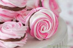 Strawberry Meringue Cookies with Chocolate Ganache Filling French Meringue, Cupcakes, Vegetarian Chocolate, Cookie Bars, Relleno, Creme, Sweet Tooth, Sweet Treats, Valentines