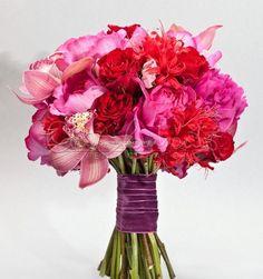 Rose rosse e peonie fucsia per un bouquet dalle emozioni romantiche