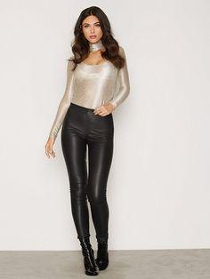 NLY One klänningar & festklänningar online Leather Trousers Outfit, Trouser Outfits, Wet Look Leggings, Shiny Leggings, Moda Rock, Bodysuit, Leggings Fashion, Fashion Outfits, Womens Fashion