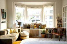 Sitzecke auf der Fensterbank mit kissen