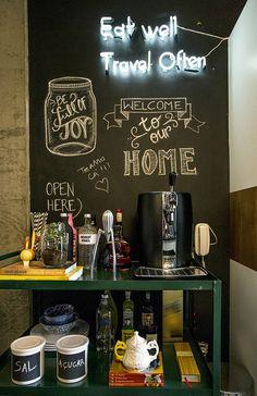 A parede lousa é o sonho de consumo dos moderninhos e fica bem em qualquer canto do cafofo.