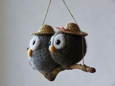Hiboux en laine feutrée sur une branche. https://www.alittlemarket.com/accessoires-de-maison/fr_hiboux_en_laine_feutree_sur_une_branche_-17461851.html needle felted owl