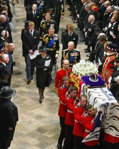 This is NOT the funeral of Diana, Princess of Wales. Prince William is not 15 in this image. The link leads right to the site that states this is the funeral for The Queen Mother of Denmark. Lady Diana Spencer, George Vi, Princesa Diana, Princess Diana Funeral, Reine Victoria, Eugenie Of York, Prinz William, Isabel Ii, Queen Mother
