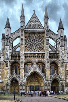 Westminster Abbey met schitterende gevels met grote rozetvenster. De stilistische eenheid is te danken aan de snelheid waarmee de herbouw in de 13de eeuw verliepen