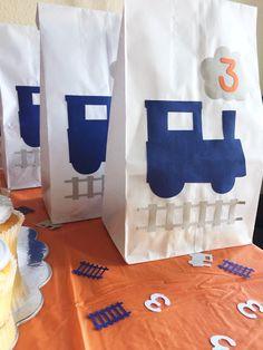 Tren tema partido Favor de bolsas puede ser la manera perfecta de añadir un toque final a tu fiesta temática de tren. Estas bolsas se llenan todos los tipos de golosinas para los más pequeños. •Listing es para 12 bolsas Favor de tren. •Papel bolsas miden unas 10 pulgadas de alto por 5 pulgadas de ancho y 3 pulgadas de profundo. (similar a las bolsas de almuerzo de papel) Pista de •Train y nube del humo será gris a menos que se especifique lo contrario. • Por favor envíe edad en las notas ...