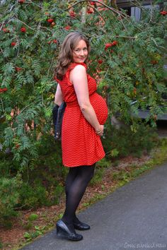Maternity style before the due date! Pregnancy week 39. Go to see more http://omanelamansamalli.blogspot.fi/2016/09/red-dress.html #maternitystyle #howtodressyourpumb #autumnstyle #reddress