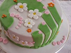 Frühlingstorte: Schichten aus flaumigem Biskuit und einer Füllung aus Erdbeeren und Joghurt-Mousse-au-Chocolat bilden eine frühlingshafte Geburtstagstorte mit Fondant