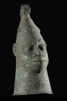 L'art de Béninest incontestablement un art royal. De nombreuses confréries d'artisans travaillaient principalementpour le roi et ne pouvaient exécuter des commandes d'oeuvres pour d'autres clients qu'avec l'autorisation royale.Les fondeurs de bronze, les sculpteurs d'ivoire, les tisserands, les tailleurs et les artisans du cuir sont quelques-unes des confréries dirigées par lesIwebo.
