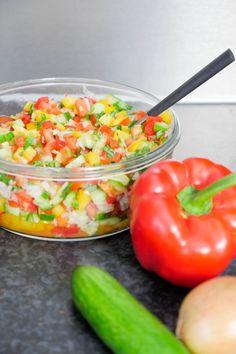 Rezept für Low Carb Hacksalat mit Paprika, Gurke, Tomaten und Zwiebeln