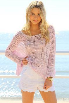 short blanco con sueter tejido rosa pastel